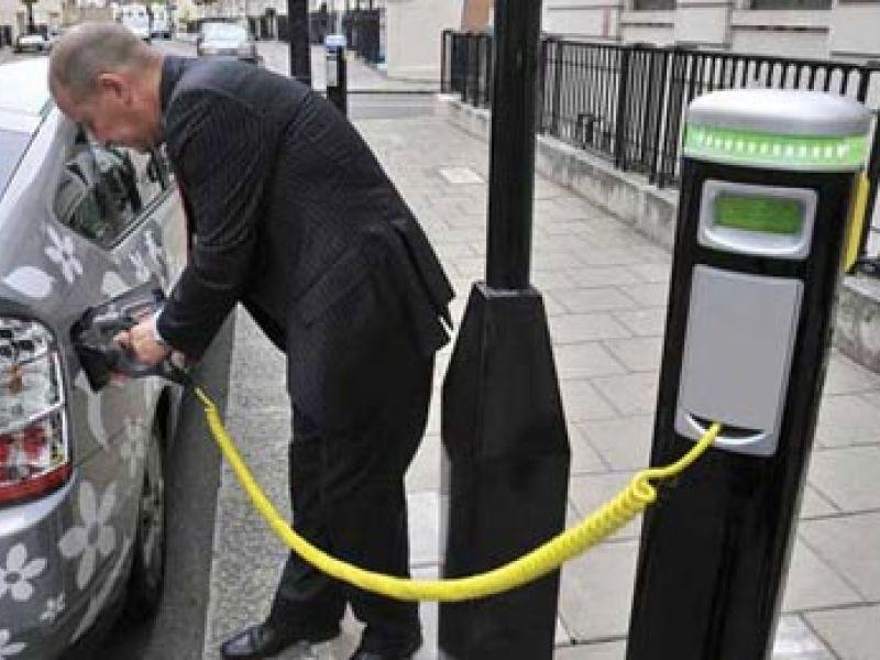 França investirá 1,5 bi em estações de recarga de elétricos