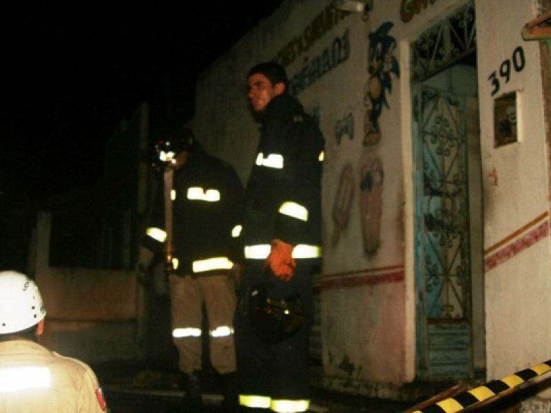 Curto provoca incêndio e destroi casa em Penedo