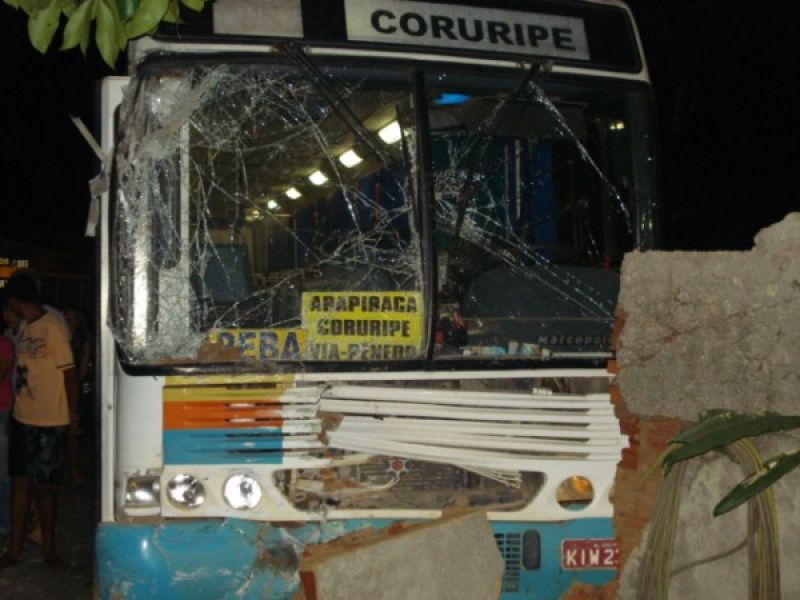 Ônibus perde o controle e atropela casal em Penedo