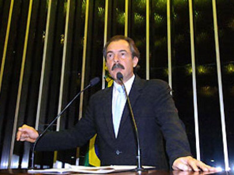"""Mercadante fica na liderança do PT """"em respeito a pedido de Lula"""""""