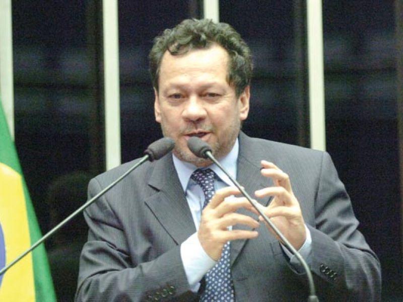 Mercadante não vai deixar liderança, diz João Pedro