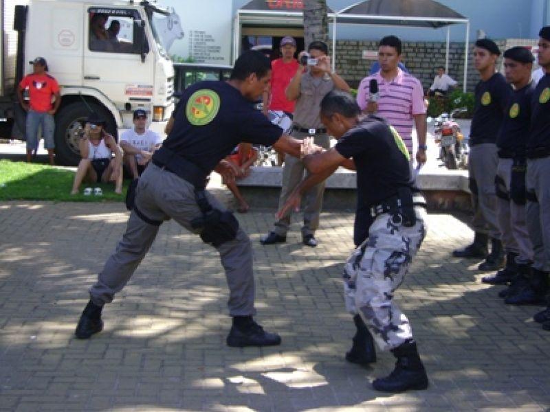 Policiais militares fazem apresentação de técnicas de confronto