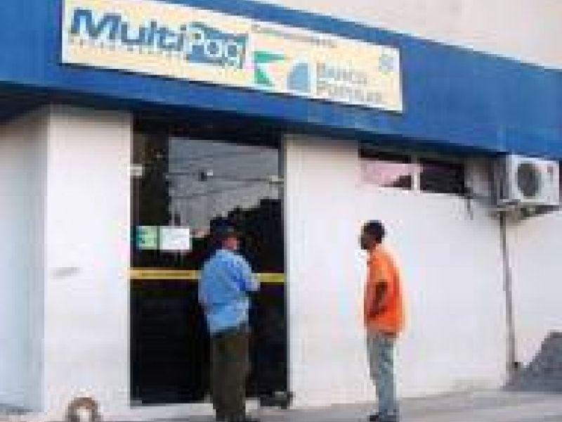 Homens assaltam agência Multipag