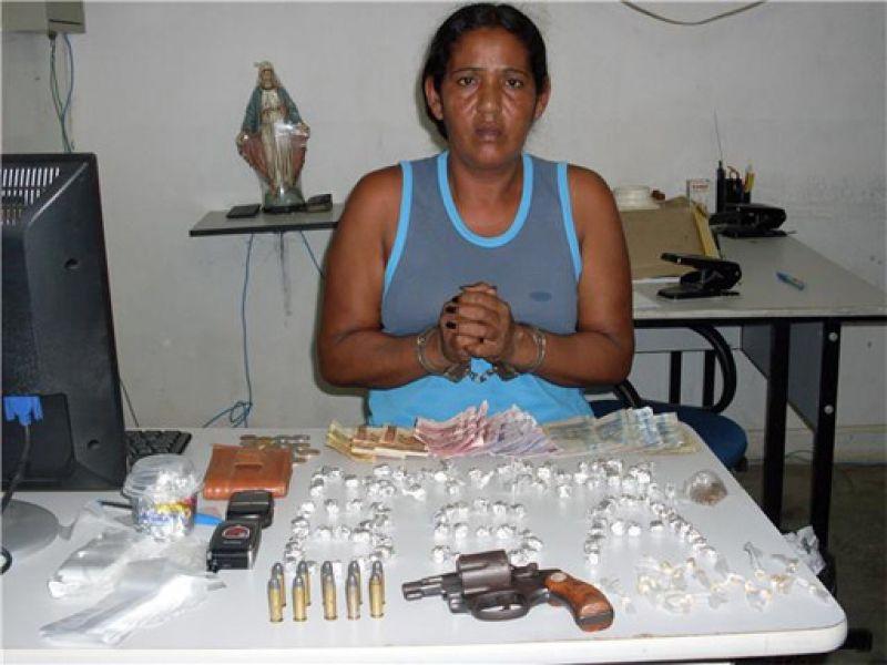 Acusada de tráfico é presa com drogas e armas