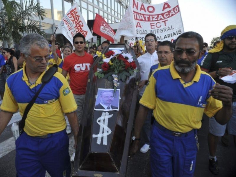 Grevistas dos Correios fazem manifestação em frente ao Ministério das Comunicações
