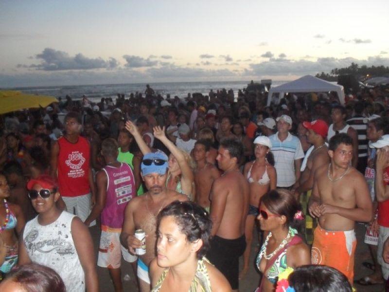 Foliões lotam praias do litoral sul no último dia de carnaval