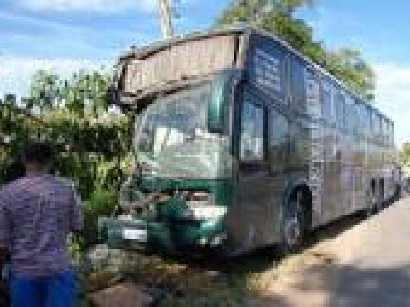Acidente envolve ônibus de forrozeiro alagoano em Satuba