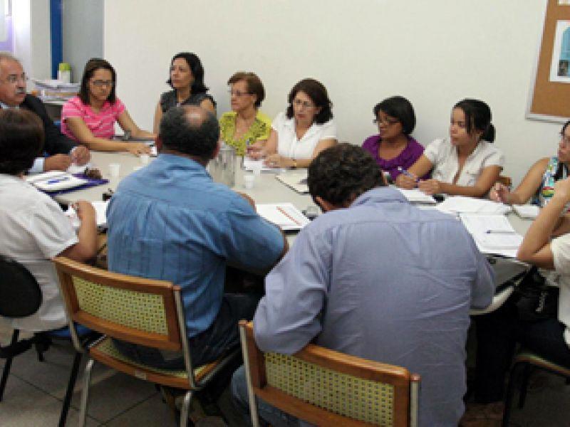 Rogério Teófilo discute calendário especial para reposição de aulas