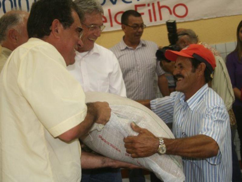 Governo entrega 130 toneladas de sementes de arroz em Igreja Nova