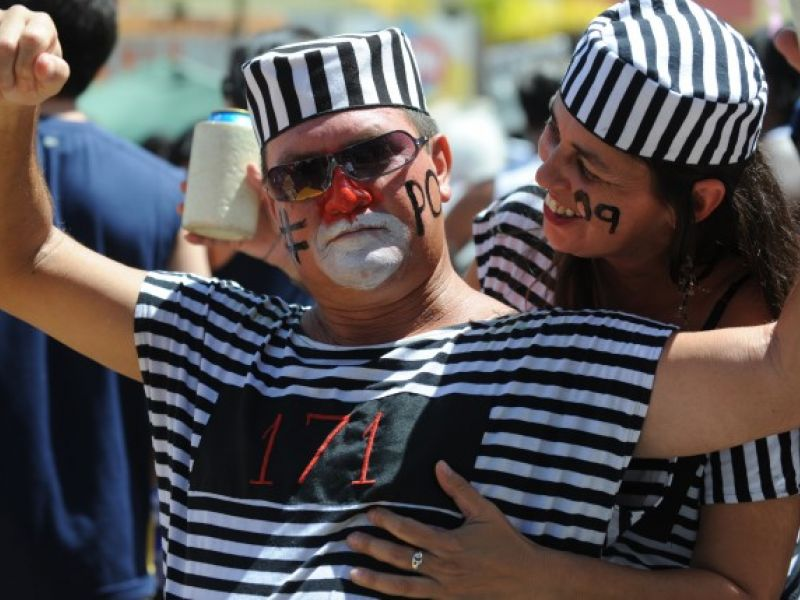 Pacotão sai às ruas satirizando a política no Distrito Federal