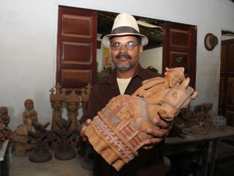 Mãos do mestre João das Alagoas transformam o barro em arte